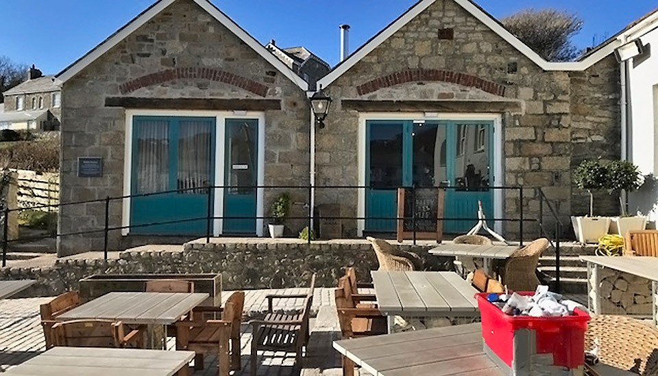 Pier House Hotel outside seating in Cornwall